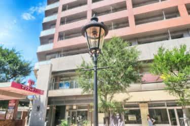 関内駅近くのトラファルガー広場のガス灯の案内板