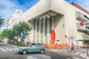 関内ホールにある日本で最初のガス灯レリーフと案内板
